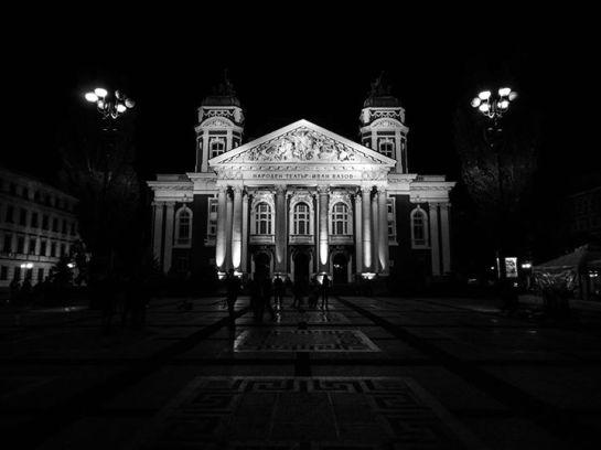 """Нощта пред театъра. — в/във НАРОДЕН ТЕАТЪР """"ИВАН ВАЗОВ""""."""